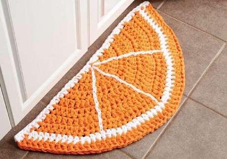 87. Utilize tapetes de crochê em formato de meia lua para decoração de portas – Foto: Tricot et Couture
