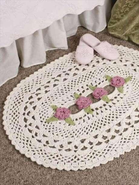 11. Modelo delicado de tapete de crochê oval com flores no centro – Foto: Madame Káthia