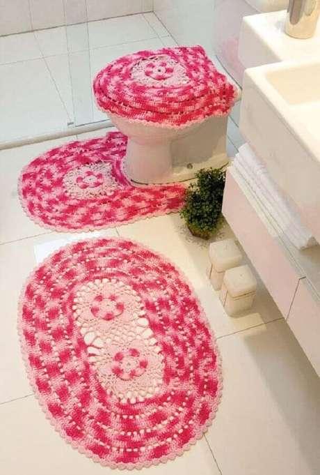 91. Os tapetes de crochê oval também são muito utilizados para decoração de banheiro – Foto: Ideias Decor