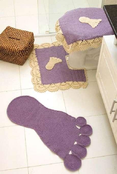 90. O tapete de crochê para banheiro com formato de pé trás um ar mais divertido para a decoração – Foto: Pinosy
