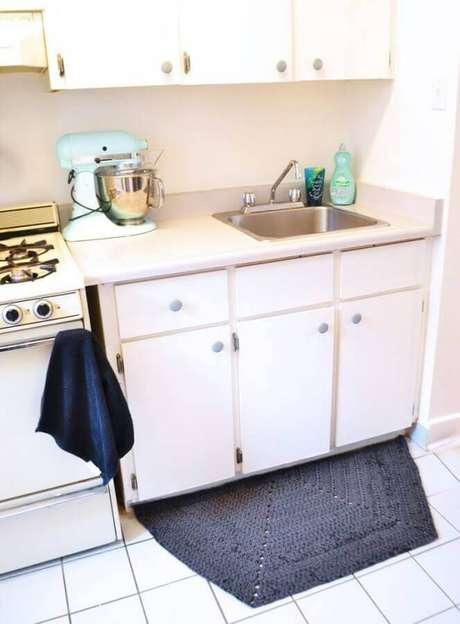92. Decoração simples com tapete de crochê para cozinha – Foto: Pop Shop America
