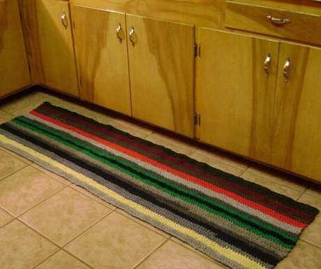 93. Decoração com passadeira de crochê colorida para cozinha – Foto: Amandas Happy Hearth