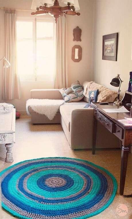 95. Decoração de sala com tapete redondo de crochê listrado cinza e azul – Foto: Susimiu
