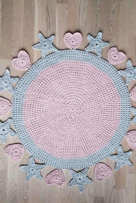 98. Aqui o tapete de crochê redondo recebeu um acabamento com corações e estrelas também feitas com crochê – Foto: Pinosy