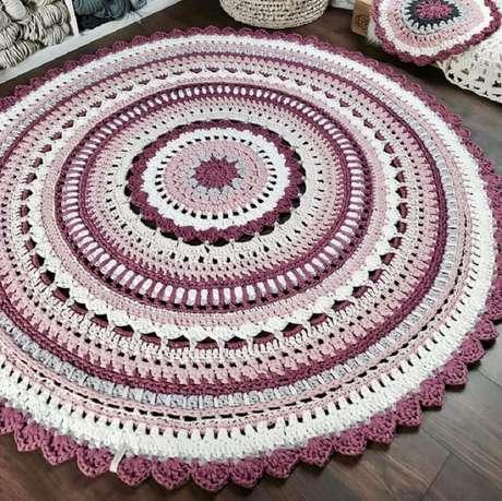 101. Aqui o tapete de crochê redondo recebeu cores e acabamentos diferentes o que valorizou muito a peça – Foto: Dicas de Mulher