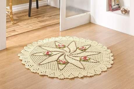 103. Tapete de crochê simples e redondo com detalhes em flores e folhas – Foto: Pinterest