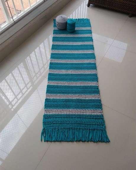 105. Aqui a passadeira de crochê com listra recebeu um acabamento com franjas – Foto: Bianchi Tapetes