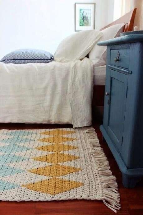 106. Tapete de crochê quadrado com detalhes coloridos para decoração de quarto – Foto: Muito Chique