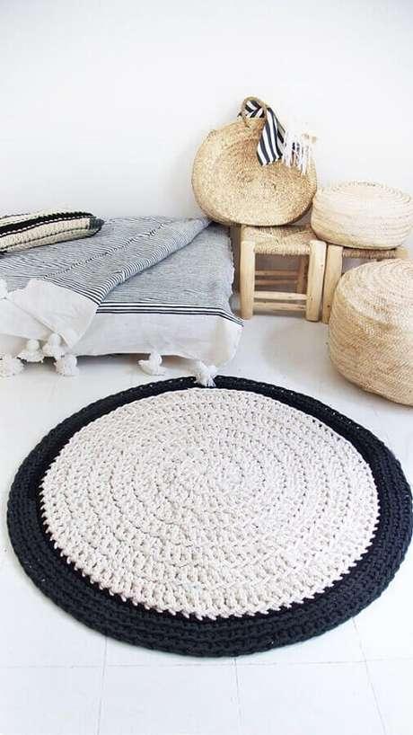 1. Saiba como usar tapete de crochê e dê um up na decoração de sua casa – Foto: Pinterest