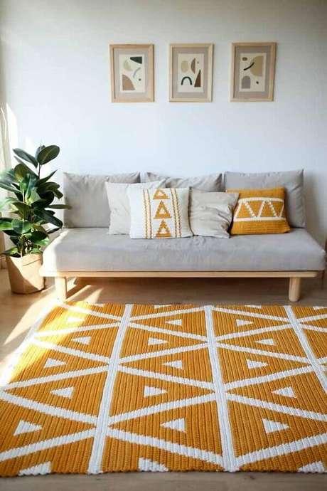 109. Tapete de crochê quadrado amarelo e branco para decoração de sala de estar cinza com estilo escandinavo – Foto: Etsy