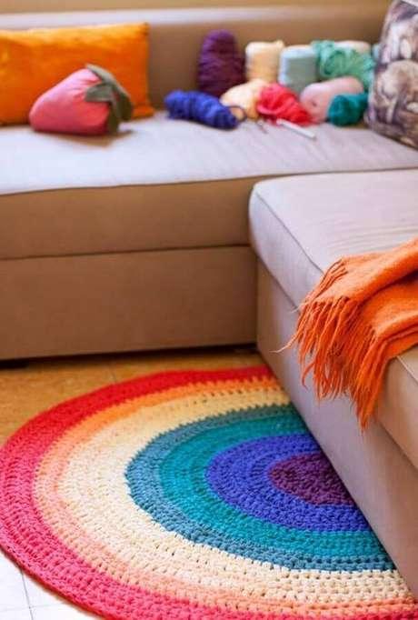 110. Invista me peças coloridas de crochê para compor a decoração – Foto: Pinterest