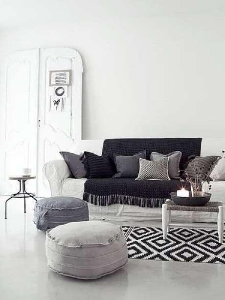 3. O tapete de crochê para sala leva mais beleza e sensação de conforto ao ambiente – Foto: Muito Chique