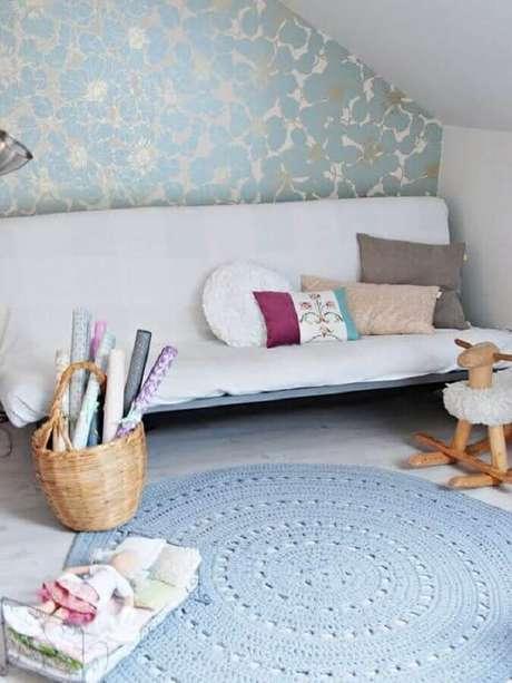 111. Decoração simples com tapetes de crochê para sala com sofá branco e papel de parede – Foto: Muito Chique