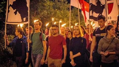 Sellner em manifestação em 2017; seu grupo é acusado de racismo e violência, o que ele refuta