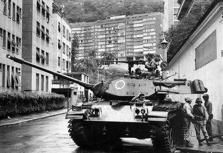 Tanque do exército pára próximo à casa do presidente deposto, João Goulart, nas Laranjeiras. O Golpe de 64 submeteu o Brasil a uma ditadura militar que durou até 1985