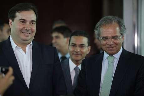 O presidente da Câmara dos Deputados, Rodrigo Maia (DEM-RJ) (e), e o ministro da Economia, Paulo Guedes