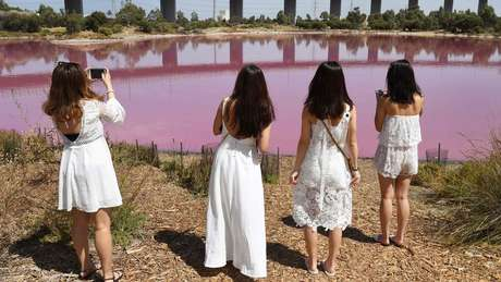 Há quem invista no figurino para tirar fotos com o fundo rosa