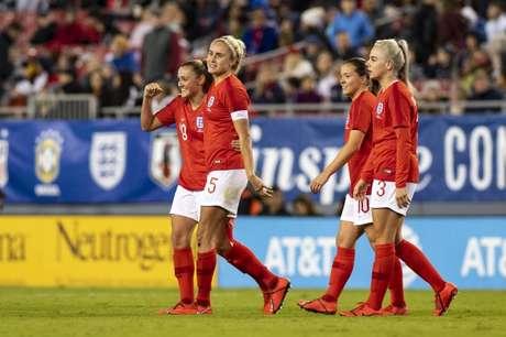 Jogadoras da seleção feminina de futebol da Inglaterra comemoram vitória sobre o Japão em Tampa, nos EUA 05/03/2019 Douglas DeFelice-USA TODAY Sports
