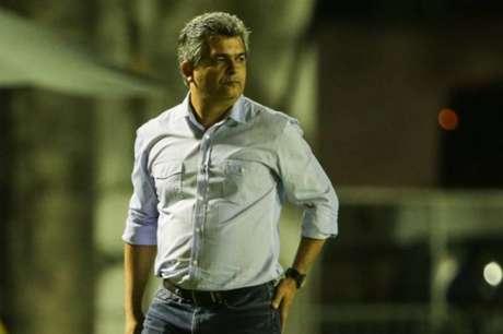 Técnico ainda não estará em campo na próxima partida pelo Catarinense (Foto: YASUYOSHI CHIBA/AFP)