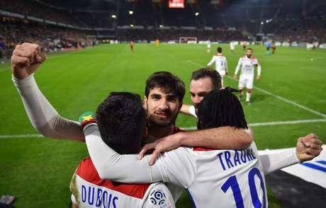 Jogadores do Lyon comemoram o gol de Terrier (Foto: AFP)