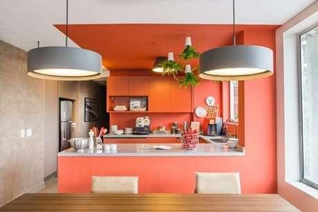 6e3331d098482 20- No apartamento, a área da cozinha integrada foi pintada com a cor salmão
