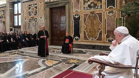 "Arcebispo Paglia (diante do papa Francisco) declarou ser ""impossível"" separar o corpo da alma"