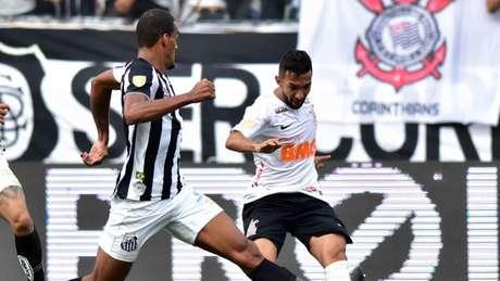 Clayson em uma disputa de um contra um no ataque da Arena (Foto: Eduardo Carmim/Photo Premium/Lancepress!)