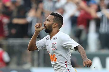 Clayson, do Corinthians, comemora seu gol durante partida contra o Santos, válida pelas semifinais do Campeonato Paulista 2019, na Arena Corinthians, em São Paulo, neste domingo