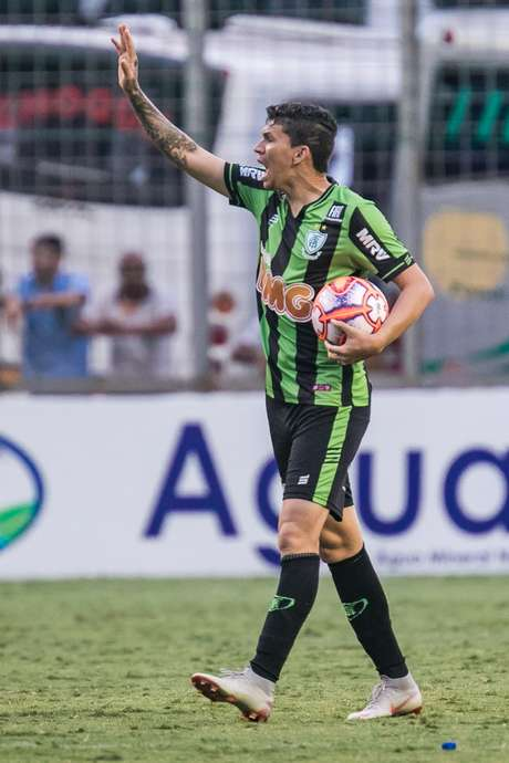 Diego Jussani, do América Mineiro, comemora o seu gol em partida contra o Cruzeiro, válida pelas semifinais do Campeonato Mineiro 2019, no estádio Independência, em Belo Horizonte, neste domingo (31).