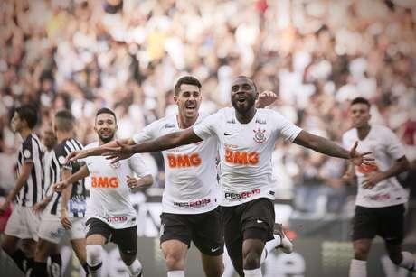 Manoel, do Corinthians, comemora seu gol durante partida contra o Santos, válida pelas semifinais do Campeonato Paulista 2019, na Arena Corinthians, em São Paulo, neste domingo.