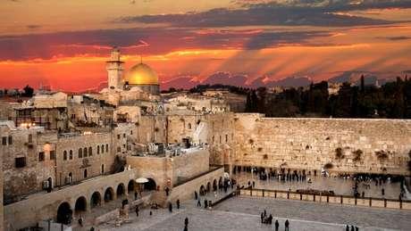 Em visita a Israel, o presidente Jair Bolsonaro vai ao Muro com Benjamin Netanyahu e rompe a tradição de autoridades do país de visitarem o local das Lamentações sem a presença de autoridades israelenses