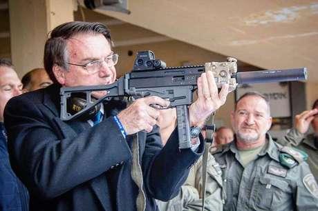 Presidente da República Jair Bolsonaro usa arma durante viagem oficial aIsrael