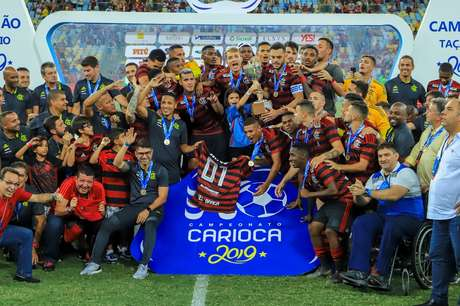 Jogadores do Flamengo comemoram a conquista da Taça Rio (2º turno do Estadual do Rio de Janeiro) depois da final contra o Vasco, no Estádio do Maracanã