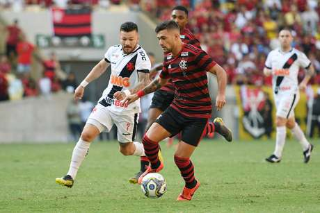 Uruguaio De Arrascaeta, do Flamengo, é marcado por Rossi, do Vasco