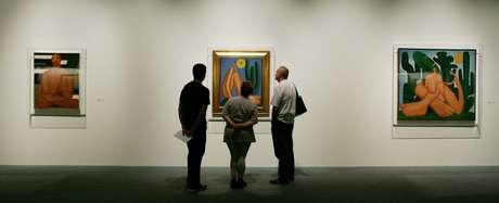 Visitantes observam o quadro 'Abaporu' (1928), da artista plástica paulista Tarsila do Amaral (1886-1973), durante a exposição 'Tarsila Viajante', na Pinacoteca do Estado de São Paulo, região central da capital paulista.