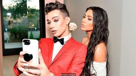 O youtuber de maquiagem James Charles e Kim Kardashian West em Los Angeles, em 2017