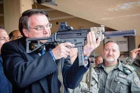 Em Israel, Bolsonaro postou em rede social foto com arma israelense. Na legenda, defendia o decreto que assinou no início do ano, que aumenta o acesso à posse de armas