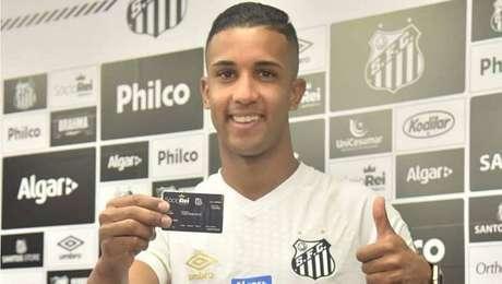 Jorge é apresentado no Santos