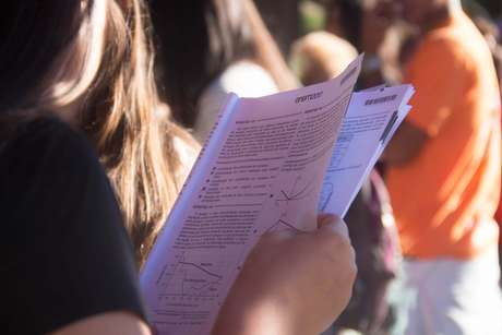 Aluna olha caderno de questões do Enem