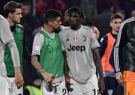 Kean é amparado por colegas após o fim da partida (Foto: AFP)