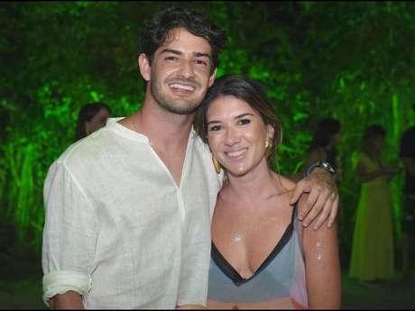 Alexandre Pato afastou os rumores do fim de seu namoro com Rebeca Abravanel ao compartilhar doce com foto da namorada.
