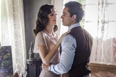 Julia (Vitória Strada) e Danilo (Rafael Cardoso), personagens de 'Espelho da Vida', novela da Globo