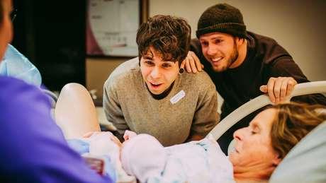 Elliot e Matthew veem filha Uma pela primeira vez