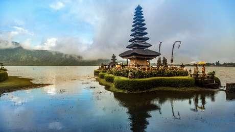 O país é conhecido por suas atrações turísticas, como o templo flutuante Pura Ulun Danu Beratan, em Bali