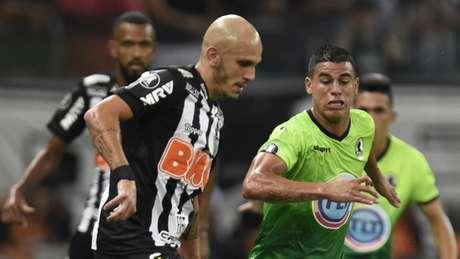 Fábio Santos , vaiado pela torcida, fez o gol da vitória para o Galo, de pênalti- DOUGLAS MAGNO / AFP