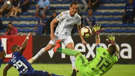Com muita técnica Rodriginho marcou o seu terceiro gol na Libertadores em três partidas pelo Cruzeiro- RODRIGO BUENDIA / AFP