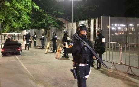 Policiamento foi reforçado na entrada dos torcedores uruguaios no Maracanã (Foto: Matheus Dantas/Lancepress)