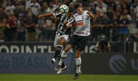 Danilo Avelar (D), do Corinthians, disputa lance com Ricardo Bueno, do Ceará, em partida válida pela terceira fase da Copa do Brasil 2019, na Arena Corinthians