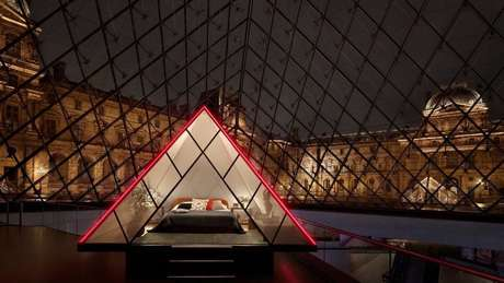 Parceria entre Museu do Louvre e Airbnb cria experiência única no museu.