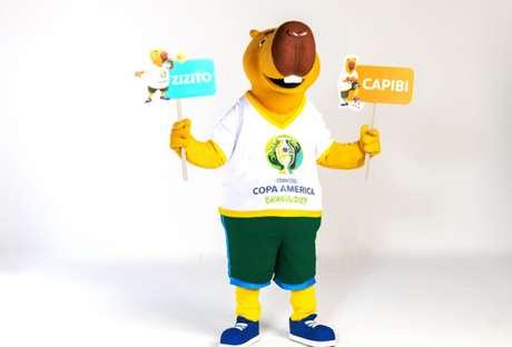Mascote segura as opções de nomes que serão escolhidos pelo público (Foto: Divulgação / COL Copa América Brasil 2019)